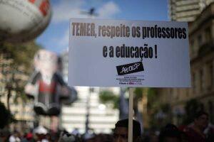 Professores ligados à Apeoesp (Sindicato dos Professores do Ensino Oficial do Estado de São Paulo) durante protesto pela reposição salarial, nesta terça-feira (24)