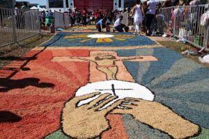 Fiéis se reúnem para montar tapete de Corpus Christi