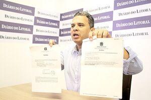 Pastor Ualton mostra documentos da Justiça Eleitoral provando que sempre esteve apto a pedir a cassação