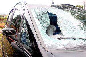 O estudante universitário estava no banco de passageiro dianteiro quando foi atingido pela pedra