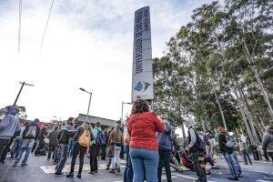 Funcionários e estudantes da USP trancaram nesta quinta-feira as entradas da Cidade Universitária, na zona oeste
