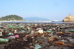 As areias do Itararé e Gonzaguinha estão tomadas de lixo