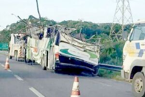 Ônibus que transportava universitários tombou na Rodovia Mogi-Bertioga às 23h do dia 8; 18 morreram