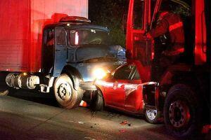 Caminhão desgovernado bate em carros de resgate na Mogi-Bertioga