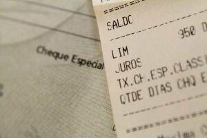 Taxa média do cheque especial fica em 13,37% em junho, diz Procon