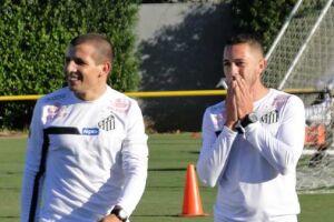 Ao lado de Vechhio, Jean Mota (à direita) faz primeiro treino no gramado do CT Rei Pelé
