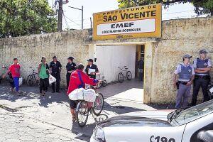 Pais de alunos de escolas localizadas no bairro Vila Margarida, em São Vicente, recolhem assinaturas para pedir mais segurança