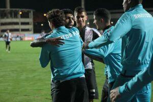 Gabriel é abraçado pelos jogadores após marcar contra o Flu