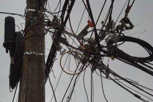 Projeto de Lei que obriga as empresas concessionárias a regularizarem postes e fios elétricos é aprovado em Itanhahém
