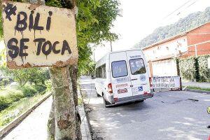 Placas e faixas com mensagens pedindo melhorias na via foram instaladas na Avenida Monteiro Lobato