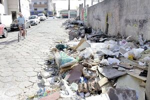 Na esquina da Rua Sinhá Junqueira com a Avenida Antônio Emmerich, no bairro da Vila São Jorge, o acúmulo de lixo e entulha ocupa a calçada de quase todo o quarteirão