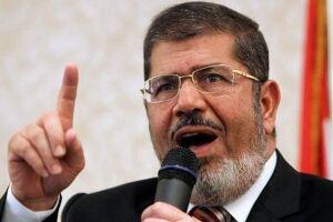 O tribunal penal do Cairo condenou à prisão perpétua o ex-presidente egípcio Mohamed Morsi