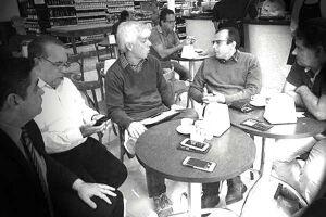 Quem frequenta os cafés e restaurantes no Centro de Santos tem se acostumado a ver juntos os vereadores Douglas Gonçalves (DEM), Evaldo Stanislau (Rede Solidariedade) e Marcelo Del Bosco (PPS)