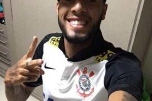 Antes de desembarcar na Vila Belmiro, o jogador teve uma foto vazada vestindo o uniforme do rival do Peixe nesta quarta-feira, às 21h, pela quinta rodada do Brasileirão