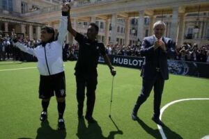 De bengala, Pelé ganha abraço de Maradona em jogo festivo de patrocinador da Euro
