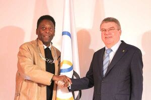 Pelé recebe do presidente do COI maior honraria da Ordem Olímpica