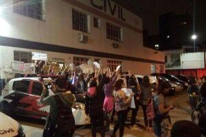 Grupo de mulheres realiza manifestação contra a cultura do estupro em Santos