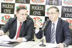 Os delegado Manoel Gatto Neto, seccional de Santos, e Gaetano Vergine, diretor do Deinter-6, anunciaram os números da operação em entrevista coletiva ontem à tarde