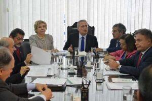 O presidente do Senado, Renan Calheiros, em reunião com líderes, discute votação em plenário do projeto de lei do Supersimples