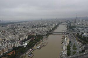 Após dias de chuvas fortes em Paris, a previsão é de que a cheia do Rio Sena atinja, ainda hoje, pico de 6 metros acima do nível normal