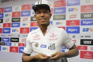 O centroavante Rodrigão foi oficialmente apresentado pelo Santos nesta quinta-feira, na Vila Belmiro
