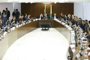Brasília - O presidente interino Michel Temer reunido com ministros e líderes da Câmara e do Senado, no Palácio do Planalto. Em pauta, o limite de gastos públicos
