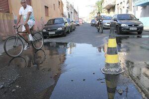 Vazamento na Rua General Câmara ocorre desde a última quarta-feira. Conserto será realizado no sábado