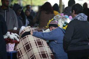 Parentes e amigos durante velório das vítimas do acidente com o ônibus na rodovia Mogi-Dutra
