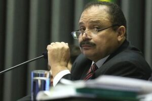 Um mês depois de assumir, Waldir Maranhão tenta presidir Câmara
