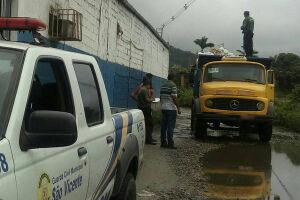 O motorista de um caminhão que descartaria irregularmente entulho na Área Continental de São Vicente foi flagrado e autuado