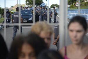 Mulheres e familiares de policiais permanecem na saída do Comando Geral da Polícia Militar de Vitória e impedem a saída dos militares