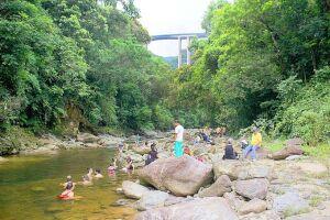 Visitantes do núcleo banham-se em área conhecida como 'Poção', por onde passa água que vem do Rio Pilões; parque conta com inúmeras trilhas e cursos d'água