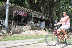 No início, a bicicletaria atendia de forma precária, apenas com uma tenda montada e as ferramentas necessárias