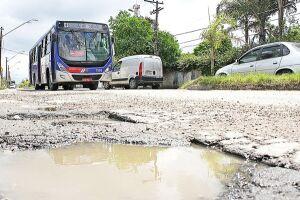 Transitar pelas ruas e calçadas da Avenida Senador Salgado Filho também é uma missão difícil