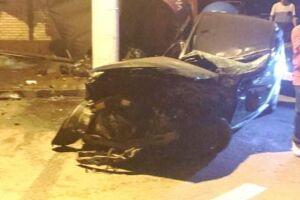 Carro que estava estacionado ficou destruído