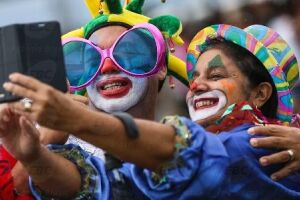 Celular é o adereço mais usado neste carnaval