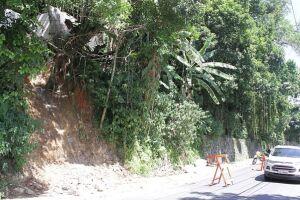O imóvel tinha risco de desabar desde 2005, mas a proprietária alegou não ter dinheiro para realizar o serviço, que foi feito pela Prefeitura depois do último deslizamento