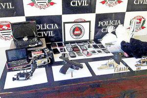 Além de armas e munições, os investigadores apreenderam diversos produtos eletrônicos, incluindo 32 celulares