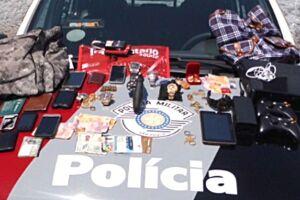Os policiais recuperaram pertences que seriam levados pelos assaltantes e apreenderam arma de fogo usada no crime