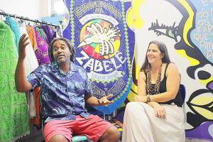 Na sala que ocupam em uma escola do Casqueiro, Marco Tuim e Juliana Clabundi ressaltam o trabalho de fortalecimento de identidade cultural realizado há oito anos