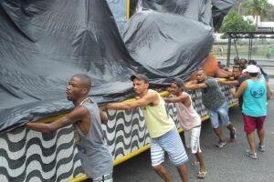 Empurrador de carros alegóricos fica acordado 24 horas para garantir desfile