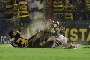 Gilberto marcou o primeiro e participou do segundo gol do São Paulo