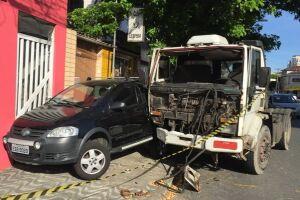 No segundo acidente, o caminhoneiro atingiu Crossfox preto e foi agredido por um grupo de pessoas