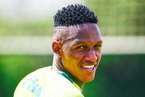 Zagueiro Yerry Mina ainda não jogou sob o comando de Eduardo Baptista