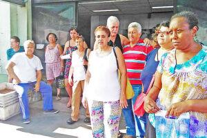 Pacientes da Central de Curativos protestaram na manhã de ontem no Centro de Especialidade Médicas, no Parque Bitaru, local para onde o serviço foi transferido