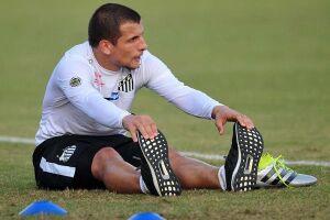 O meia Emiliano Vecchio está próximo de deixar o Santos
