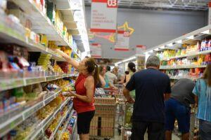 Orçamento apertado, dificuldades para pagar as contas e o desemprego assustam consumidores