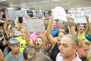 Sessão ficou lotada de manifestantes que pedem a revogação da lei e mais respeito ao orçamento da cidade em crise