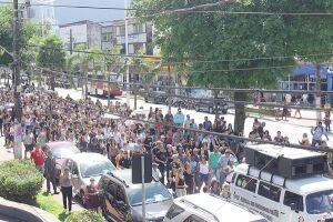Centenas de servidores públicos municipais sairam em passeata pela Avenida Nove de Abril na manhã de ontem (29)