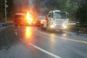 Dois caminhões se envolveram em um acidente na rodovia dos Tamoios